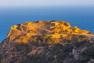 Prazno naslijeđe neobično poznato mjesto Castillitos Battery, drevna znamenitost na obali Sredozemnog mora, utvrda, utvrđeni zid grada Cartagene, Murcia. Idilični krajolik i planine. Španjolska