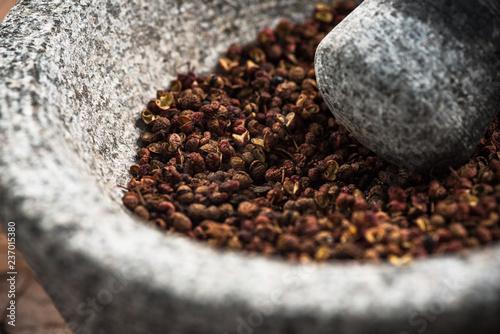 Fotomural Timut sihuan pepper seeds in granite pestle or mortar