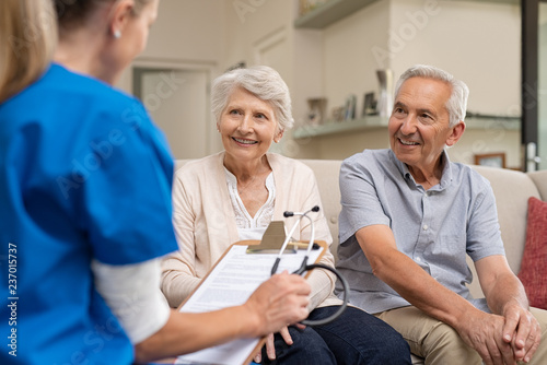 Foto Senior couple consulting nurse