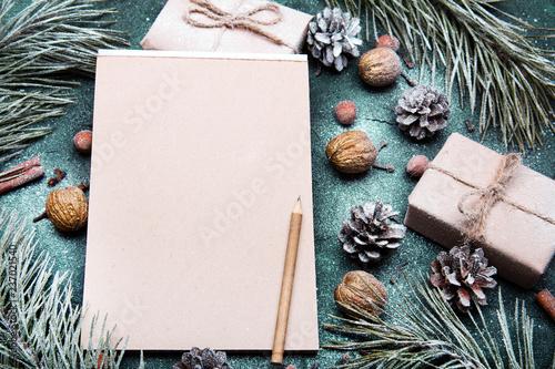 Fotografia, Obraz Tło na Boże Narodzenie  z pustą kartka papieru otoczoną świątecznymi dekoracjami