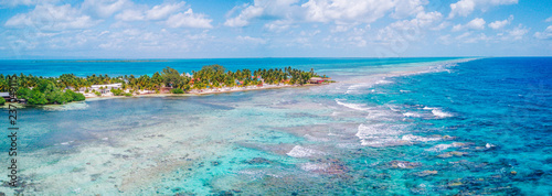 Photo  Aerial Drone view of South Water Caye tropical island in Belize barrier reef