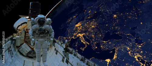 Montage in der Fensternische Nasa astronaut spacewalk at night from the dark side of the earth planet. Elements of this image furnished by NASA d