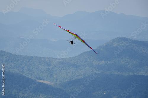 Fliegen mit dem Gleitdrachen über dem Atlantischen Regenwald