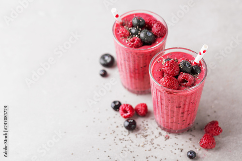 Photo Healthy appetizing red smoothie dessert in glasses