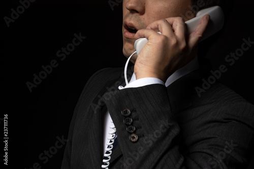 Stampa su Tela 電話で話をするスーツの男性