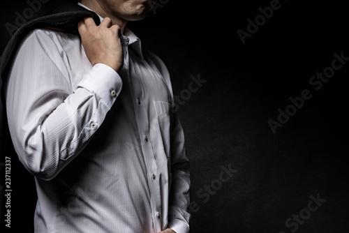 Fotografie, Obraz  スーツのジャケットを肩に掛けた男性