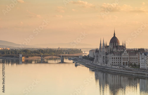 Fotomural  Budapest cityscape with Parliament building and Danube river