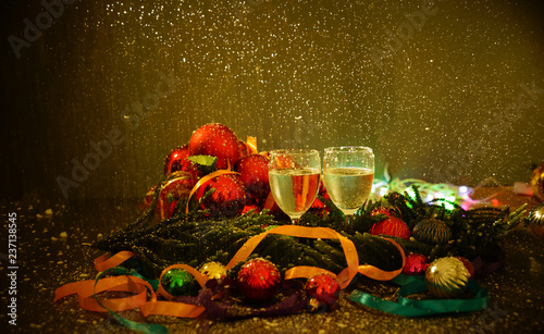 Foto op Canvas Opspattend water Two glasses of champagne with a Christmas decor in the background