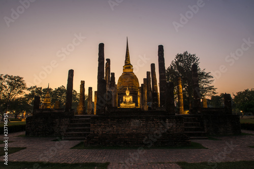 Fototapeta the ancient Buddhist temple of Wat Sa Si in evening twilight