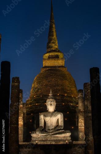 Fototapeta the ancient Buddhist temple of Wat Sa Si in evening twilight
