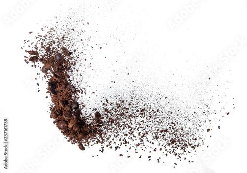 Kawa w proszku i ziarna kawy rozpryskują się lub wybuchają w powietrzu