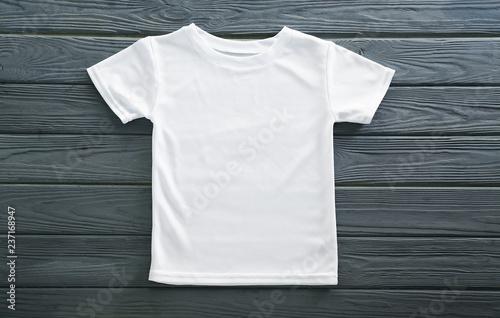 Fotografía  Blank white t-shirt on wooden background