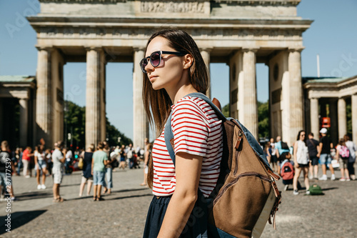 Foto  A tourist or a student with a backpack in Berlin in Germany visits the sights