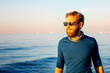 canvas print picture - Junger Mann spaziert am Strand