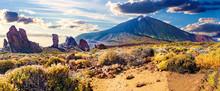 Volcán Teide Y Llano De Ucanca. Panorama Del Desierto Paisaje Escénico Colorido De La Puesta Del Sol En El Parque Nacional De Tenerife De Teide. Alto De Guajara. Isla Canaria.