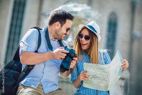Fotografia  Tourist couple in love enjoying city sightseeing