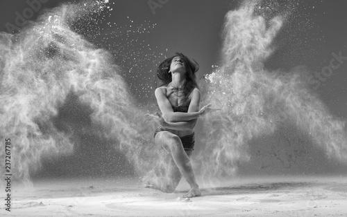 Fotografía  ballet dancer jumping with flour