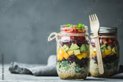 Fotomural  Healthy homemade salad in mason jar with quinoa and vegetables