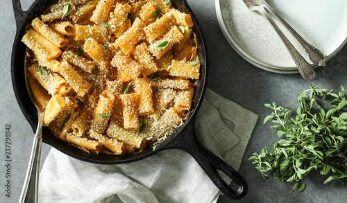 Foto auf AluDibond Lebensmittel Homemade baked vegan Mac n Cheese