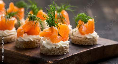 Fotografia sushi with salmon and caviar