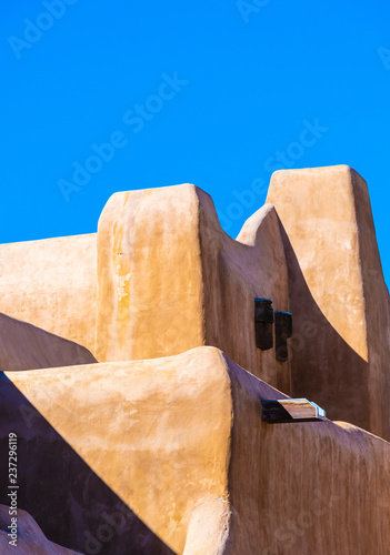 Photo flowing organic lines of historic adobe building in Sante Fe, New Mexico