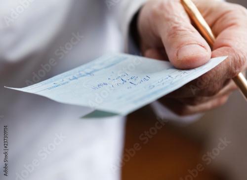 Fotografía  Doctor Holding Prescription