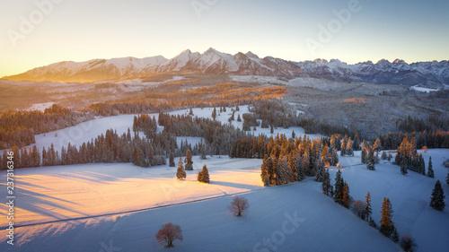 Obraz na płótnie Zimowe Tatry na wschód słońca