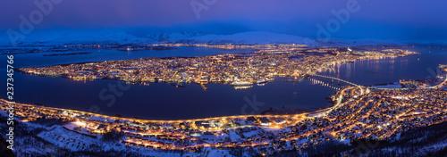 Foto auf Gartenposter Nordlicht Woman jump on the hill in Tromso, Norway.