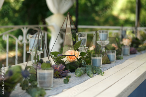 Fotomural Florarium with fresh succulent and rose flowers festive table decoration