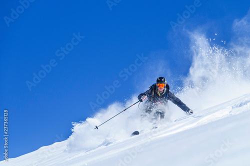 fototapeta na szkło spektakulär Skifahren im Tiefschnee