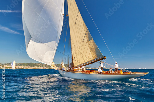 Tuinposter Schip Sailing boat with spinnaker sail on open sea