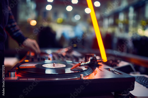 turntable, hand of dj on the vinyl record at night club Tablou Canvas