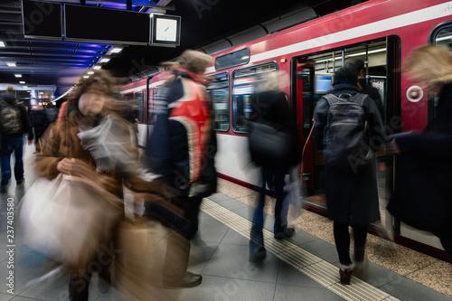 Fotografía  Pendler in der U-Bahnstation steigen in die Bahn ein
