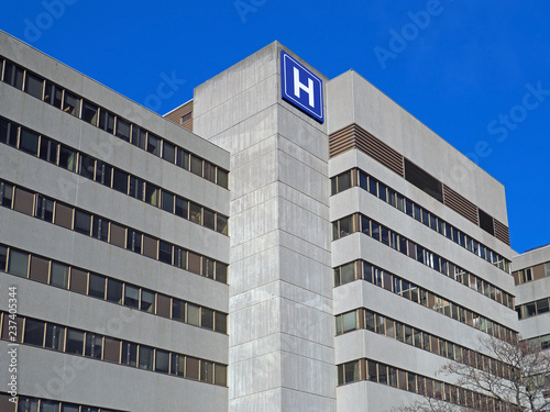 Canvastavla Large concrete building with  H sign for hospital