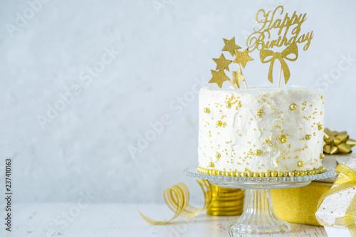Photographie Golden birthday concept - cake, presents, decorations