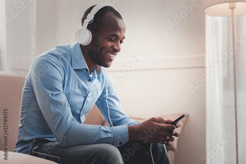 Fotografía  Happy positive man choosing the song