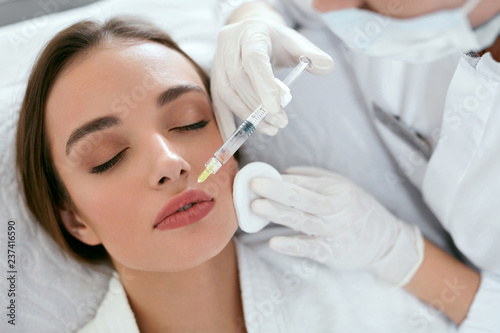 Foto Lip Augmentation. Woman Getting Beauty Injection For Lips
