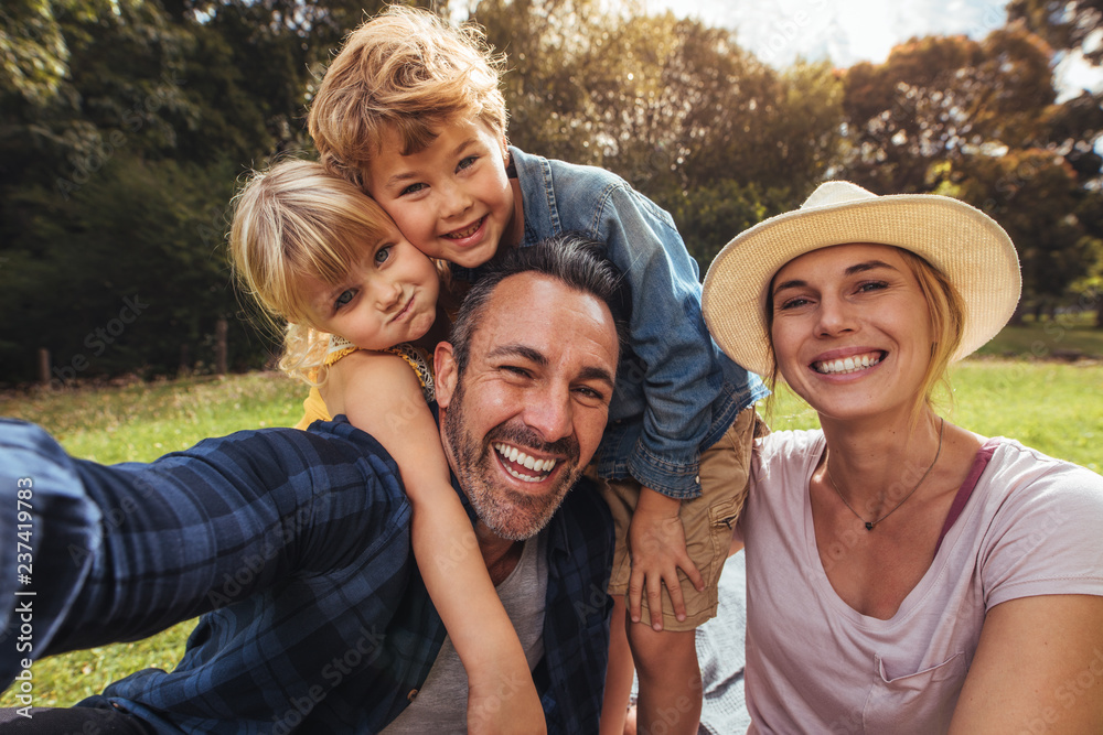 Fototapety, obrazy: Cheerful family making selfie on picnic