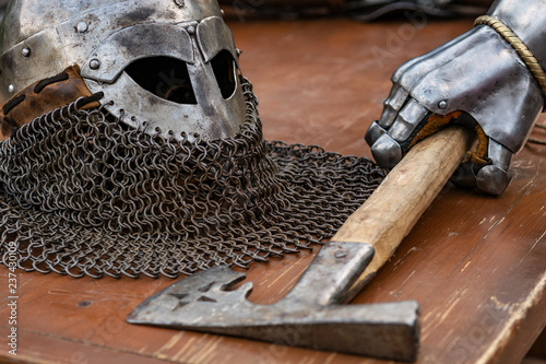 Photo  old knight armor is lying on the table