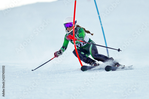 Fotomural  An alpine skier racing on the slalom course.
