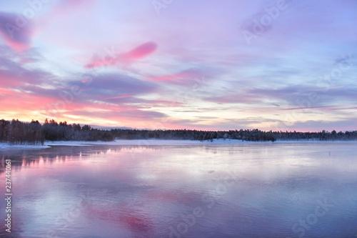 Papiers peints Lilas Splendides paysages colorés au nord de la Laponie finlandaise dans les environs de la ville d' Ivalo