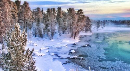 Foto op Plexiglas Europa Splendides paysages colorés au nord de la Laponie finlandaise dans les environs de la ville d' Ivalo