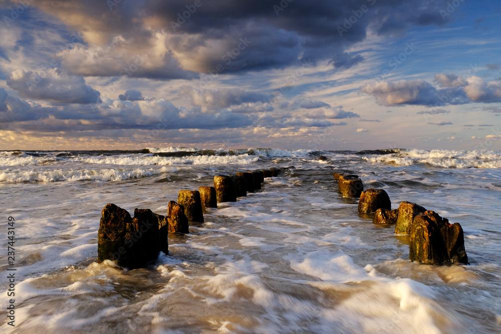 Piękny morski krajobraz,sztormowe Wybrzeże Bałtyku,fale zalewają falochron,Kołobrzeg,Polska.