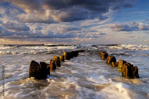 Fotografie, Obraz  Piękny morski krajobraz,sztormowe Wybrzeże Bałtyku,fale zalewają falochron,Kołobrzeg,Polska