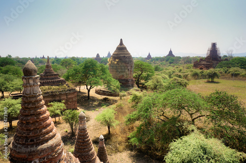 Photo  Beautiful old buddhist stupas and pagodas in Bagan, Myanmar