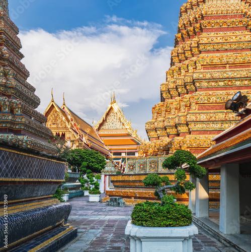 Foto  Classical Thai architecture of Wat Pho public temple, Bangkok, Thailand