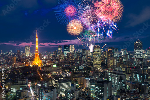 Photo Tokyo at night, Fireworks new year celebrating over tokyo cityscape at night in