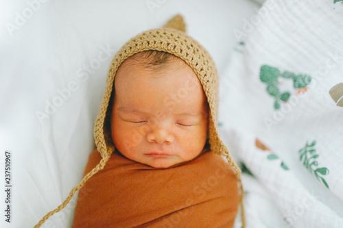 Photo A newborn baby sleeping in a bassinet