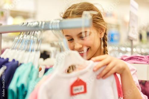 Fototapeta Mädchen beim Shopping in einer Boutique obraz