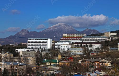 Fotografia  View on mountain Beshtau and city Pyatigorsk.